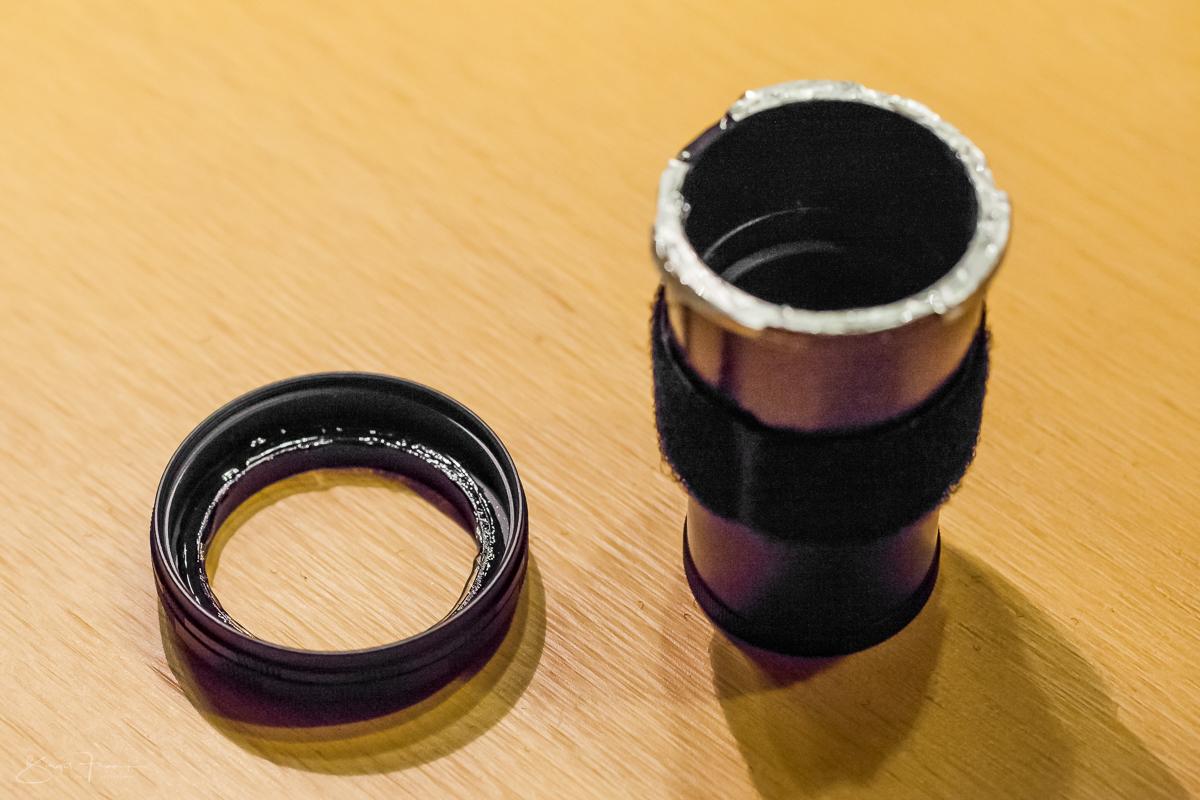 Kleber auf den inneren, kamerazugewandten Ring und die Füßchenseite der Ummantelung auftragen - Ring 1 ist schon am Kamerabajonett aufgedreht